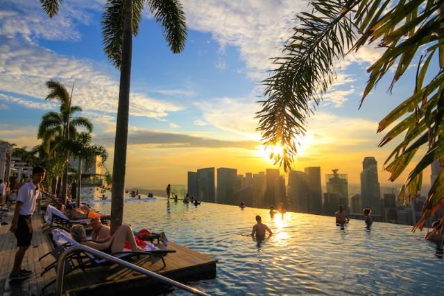 La piscina si trova in cima allo stupendo hotel Marina Bay Sands e unisce le tre torri della struttura, che si alzano sul distretto finanziario della metropoli