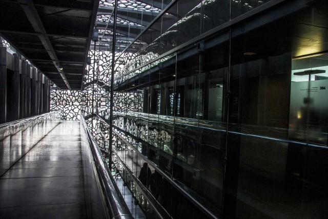 Dento al MuCEM,Museo delle civiltà d'Europa e del Mediterraneo è stato progettato da Rudy Ricciotti. Lo si riconosce dalla copertura, un reticolo grigio perla che assomiglia a un pizzo o a una rete da pesca.