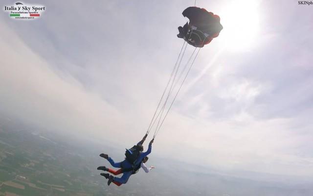 PER LUI – Un lancio in paracadute per vivere l'ebrezza della caduta libera da oltre 4mila metri d'altezza, naturalmente in tandem con un istruttore professionista a cui tenersi ben stretti (a partire da € 219 inclusi video ricordo e foto). Info: italiaskysport.it