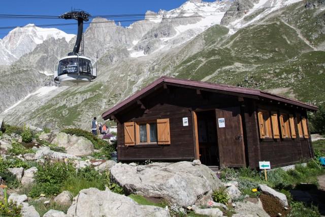 Lungo il percorso dellaSkywalk Monte Bianco si scoprono diverse attrazioni, come il Giardino Botanico Saussurea, il parco giochi per i bambini e i sentieri per il trekking.