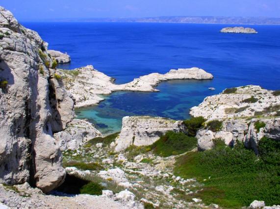 Non lontanodalla città,lo spettacolo diLes Calanques, unico parco marino e terrestre in Europa in un'area urbana: venti chilometri di rocce bianche a picco, mare di smeraldo e macchia mediterranea.