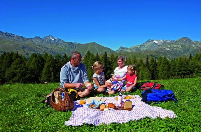 In estate in Valtellina molti decidono di godersi la natura facendo un pin nic