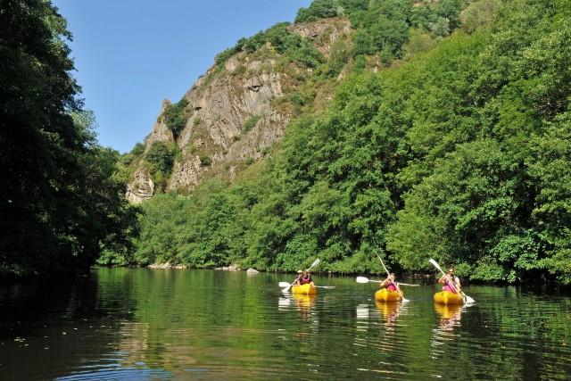 In canoa sul fiume Sioule, si esplora la regione diPuy-de-Dôme, in Alvernia. Punto di partenza per le escursioni, la cittadina di Menat.