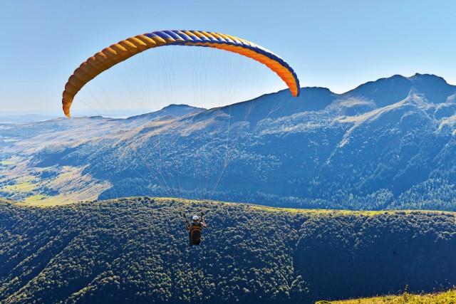 Sivolteggia con ilparapendio sulla vetta del vulcano Puy-de-Dôme.