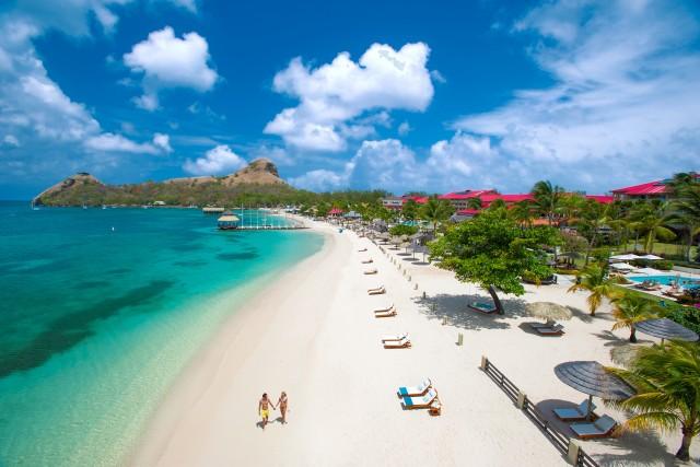 Saint Lucia incanta con le sue spiagge candide e una barriera corallina ancora intatta e popolosa.