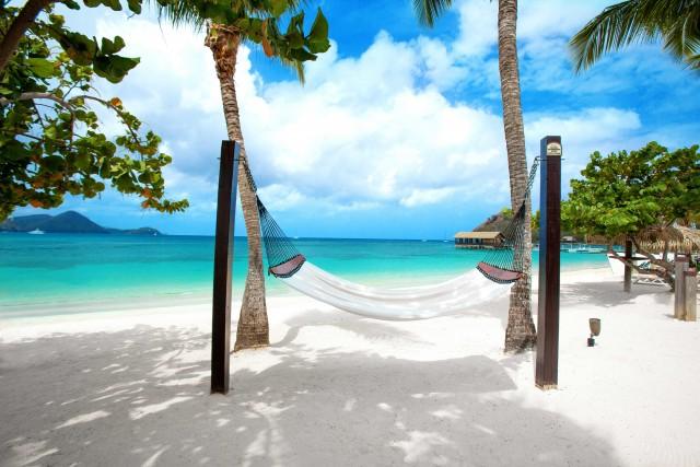 AlSandals Grande St. Lucian ci si rilassa sulla lungaspiaggia attrezzata conamache e lettini.