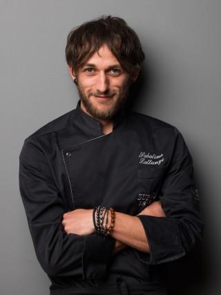 Lo chef Sabatino Lattanzi di Zunica 1880. La sua cucina affonda le radici nella tradizione, reinterpretata con sensibilità e tecniche attuali.