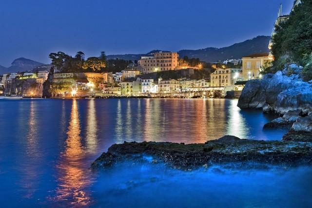 Le luci della sera su Sorrento, che quest'estate ospita una mostra su Chagall.