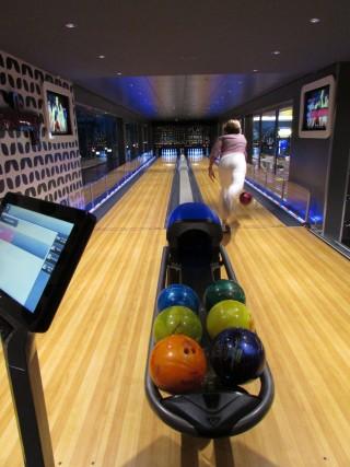 Tra le attrazioni, la pista da bowling, dove ci si diverte in compagnia.