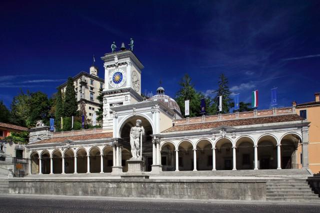 Nella piazza Libertà di Udine spicca la cinquecentesca Torre dell'Orologio, sormontata dalle statue dei due mori.