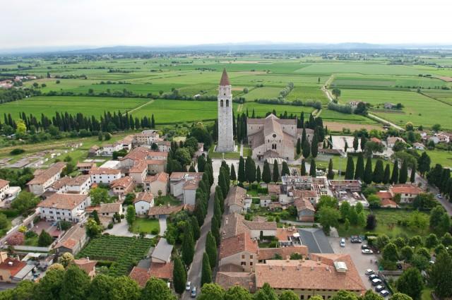 Fondata nel 181 a.C. Aquileia, divenne una delle più importanti città dell'Impero. La Basilica conserva uno straordinario pavimento a mosaico del IV secolo.