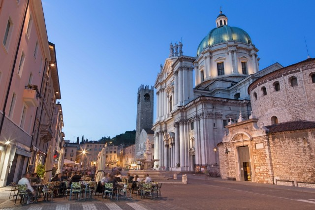 In piazza Paolo VI, a Brescia, si affacciano il Duomo Vecchio e il Duomo Nuovo. Le colline bresciane sono la cornice Festival Franciacorta: appuntamento nelle cantine il 16 settembre.
