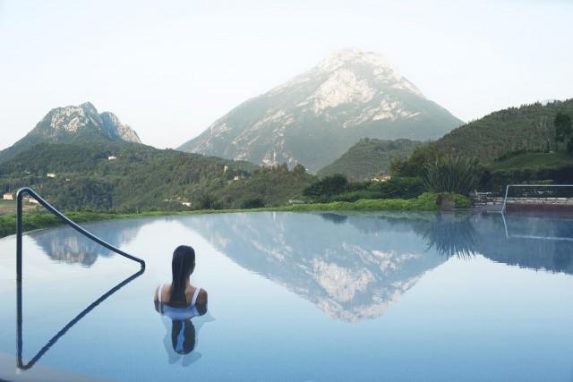 """Categoria """"Destination Spa"""":il Lefay Resort & SPAsi affaccia sul Lago di Garda, a Gargnano (Bs), ed è stato premiato, per la terza volta, come miglior destinazione benessere. L'eco-resort vanta 3.800 mq di centro benessere con vista sul lago e sull'ampio parco.Oltre al laghetto salino e alla Spa Acqua e Fuoco, ci si rilassa a mollo dell'iconica Infinity pool."""