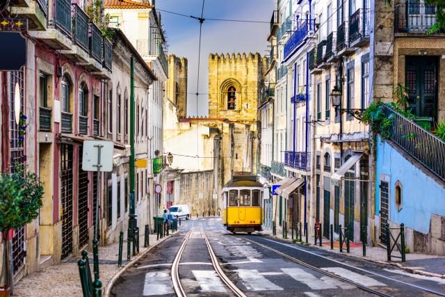 PORTOGALLO – 35 giorni di ferie pagate per i portoghesi, di cui 13 di festività nazionali (In foto: in tram tra le vie di Lisbona).