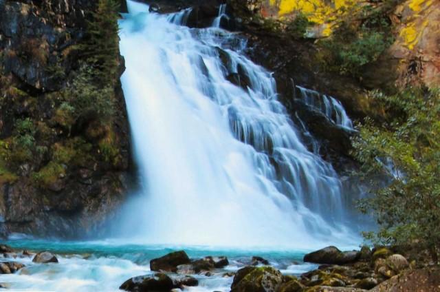 LA PIÙ AVVENTUROSA – Le tre bellissimeCascate di Riva, in Trentino Alto Adige, si originano dall'omonimo fiume Riva e sono meta di scalatori che, d'inverno, si avventurano in difficili risalite dei corsi d'acqua ghiacciati. Per i meno audaci, il miglior periodo per visitarle è sicuramente l'estate, quando, con il disgelodel ghiacciaio delle Vedrette di Ries– che sciogliendosi ingrossa il fiume – le cascate raggiungono la massima potenza.