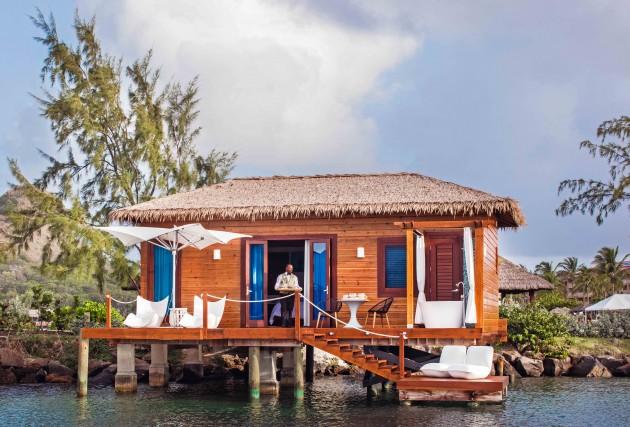 Maggiordomo privato e patio sull'acqua nei nuovi boungalow overwater del Sandals Grande St. Lucian. E la mattina ci si sveglia con una sontuosa colazione in camera.