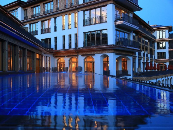 "Categoria ""Spa manager"": il premio per questa categoria è stato assegnato allo Schloss Elmau Luxury Spa Retreat  & Cultural Hideaway in Germania. Nel cuore delle Alpi Bavaresi tra foreste e picchi rocciosi, sorge la struttura costruita nel 1916 (sebbene un incendio abbia portato alla ricostruzione di due terzi) che ha attraversato un secolo di storia tedesca culminato nel summit G7 del 2015. Nella Shantigiri Spa ci sono piscine e aree separate per adulti, famiglie e donne, yoga center e terapie ispirate alla medicina orientale."