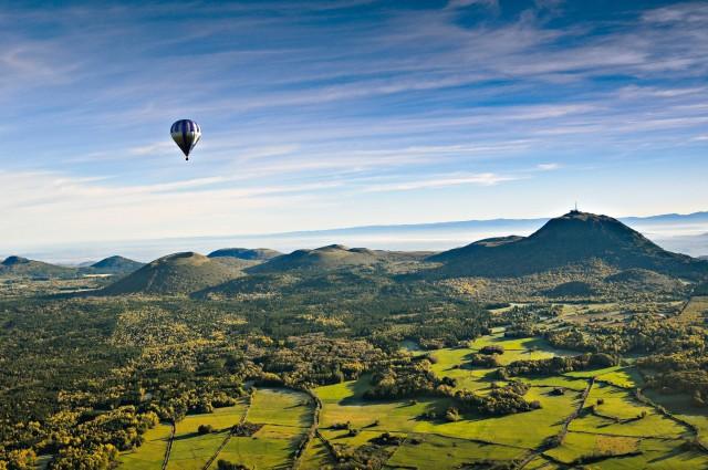 Un volo in mongolfiera, tra le avventure più emozionanti da sperimentare in Alvernia.