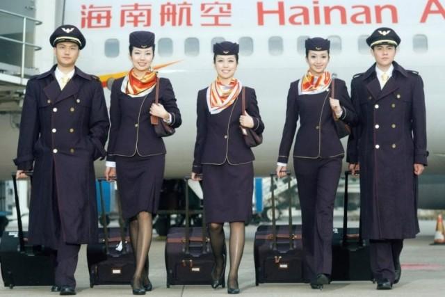 Così si presentavano hostess e steward della Hainan Airlines fino a qualche mese fa