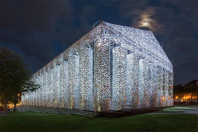 L'opera è stata eretta in occasione del festival di arte contemporanea documenta14, una delle più importanti manifestazioni internazionali d'arte contemporanea europee, che si tiene con cadenza quinquennale nella città tedesca di Kassel, nell'Assia settentrionale. Quest'anno ha fatto un gemellaggio con Atene
