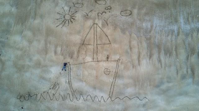 """Nella speciale sezione """"Creatività"""" anche lo scatto diRomain Gaillardche ha immortalato una barchetta disegnata sulla sabbia su una sponda del canale della Manica"""