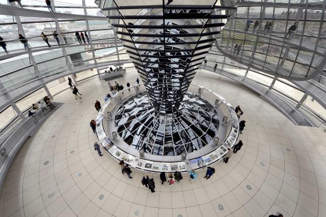 Il Reichstag, sede del Parlamento, si visita su prenotazione e offre il miglior panorama di Berlino.