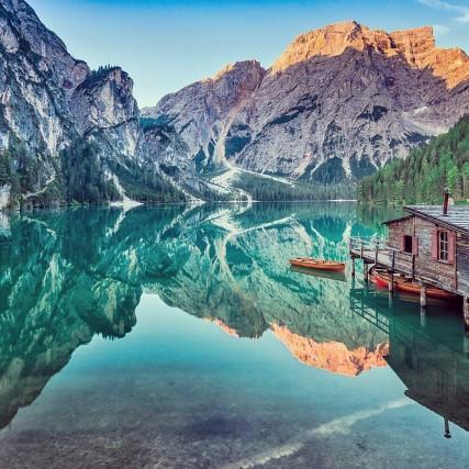 Il lago di Braies si trova nel comune di Braies, a circa 97 chilometri da Bolzano. Per raggiungerlo si prende lo svincolo per la Val di Braies, tra i paesi di Monguelfo e Villabassa in Alta Pusteria. Dopo aver percorso alcuni chilometri si incontra l'unico bivio, e si prende la strada in direzione del lago