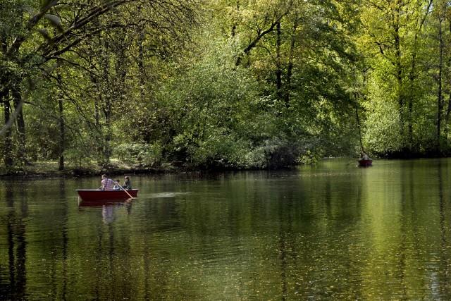 A cento metri dalla Porta di Brandeburgo, nel parco del Tiergarten si può affittare una barca e remare sul lago.