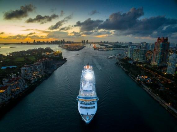 """""""Benvenuti a Miami"""": una nave da crociera attraversa la città americana"""