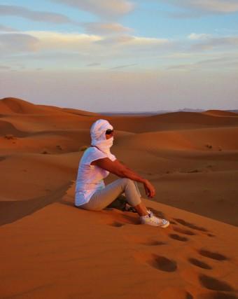 """""""Libera dai miei pensieri osservo incantata l'infinito"""". Mara Agostininel deserto di Merzouga (Erg Chebbi) in Marocco."""