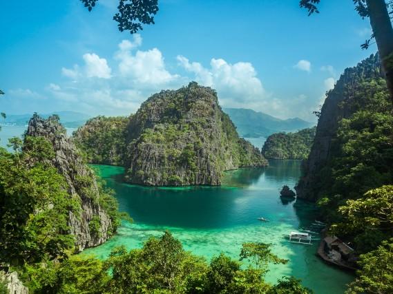 L'isola più bella del mondo secondo i lettori di Travel + Leisure è: Palawan, nelle Filippine. Un paradiso rustico e romantico, caratterizzato da imponenti montagne, grotte sotterranee di pietra calcarea, foreste tropicali e acque cristalline. L'idilliaca isola, circondata da 1.800 più piccole, attrae gli amanti della natura incontaminata non ancora conosciuta dal turismo di massa