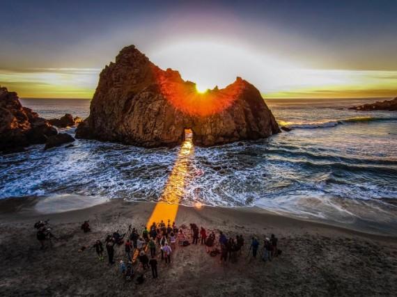 """La """"spiaggia arcobaleno"""" di Pfeiffer, in California:al tramonto crea un effetto molto suggestivo"""