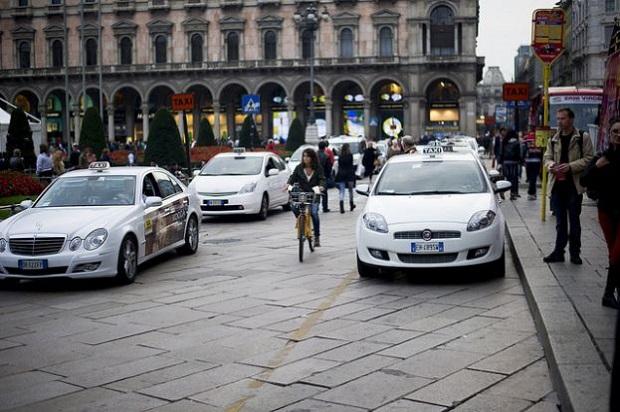Milano: andare dall'aeroporto al centro costa 90,2 euro, il primo scatto del tassametro è di 3,85 euro, cui si aggiungeranno per ogni chilometro percorso 1,42 euro. Anche nel capoluogo lombardo (al 59esimo posto della classifica) offre Uber come alternativa. Un'ora di attesa vi costerà 87,80 euro e per 3 km percorsi all'interno della città spenderete circa 8,57 euro