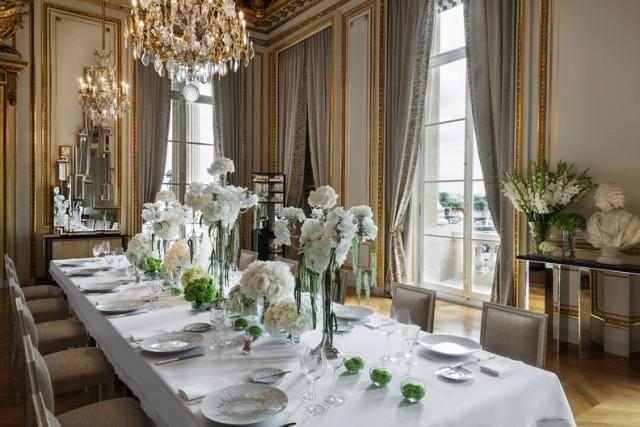 L'Ecrinè il ristorante gourmet dell'Hôtel de Crillon. Ogni sera solo 28 ospiti sono ammessi nel Salon des Citronniers del giovane chef Christopher Hache