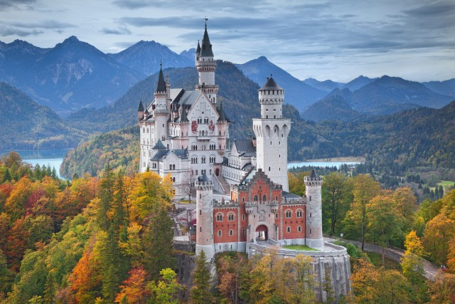 """29. #NeuschwansteinIdilliaco castello bavarese diNeuschwanstein è tra lefortezze più visitate in Europa, con circa 1,4 milioni di visitatori annui che entrano in quello che è conosciuto anche come""""il castello del re delle fiabe"""", perché questa costruzione tedesca è stata fonte di ispirazione per molte fiabe targateDisney. Forse per questo ha contato168,458 post con l'hashtag#Neuschwanstein."""