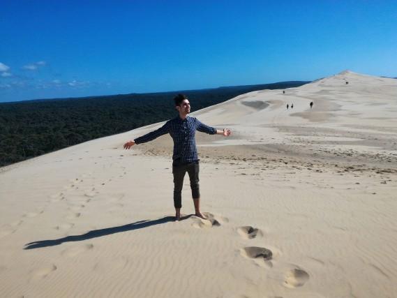 Sulla vetta della Dune Du Pilat, a pochi chilometri da Bordeaux. Da qui, ammirando la vastità dell'Oceano Atlantico, è possibile davvero sentirsi un Re. DiMatteo Nicoletti.