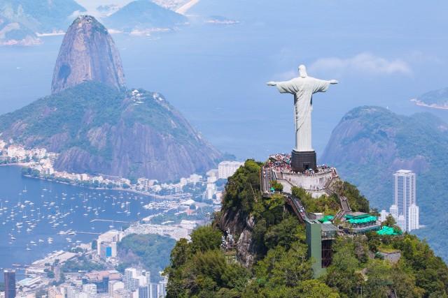 38. #ChristTheRedeemerConsiderata una delle sette meraviglie del mondo,la statua delCristo Redentore che sovrasta la città e la baia di Rio de Janeiro, in Brasile, svetta dallacima della montagna del Corcovado. Le sue impressionanti dimensioni, 38 metri di altezza, la rendono da sempre uno dei simboli della città. L'hashtag#ChristTheRedeemer è stato usato69,944 volte.
