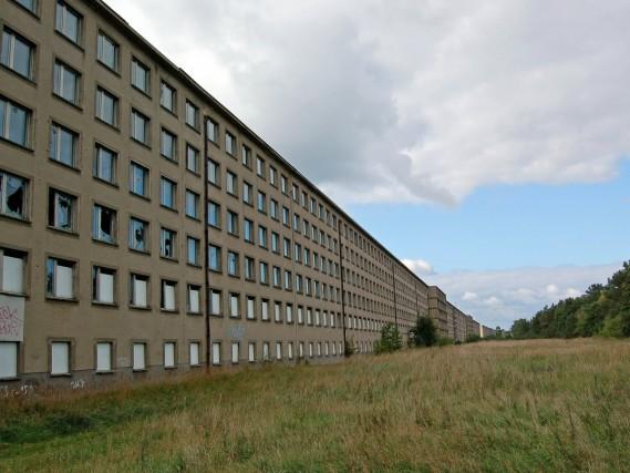 Il complesso (a circa 200 chilometri da Berlino) era pensato per ospitare ogni settimana 20mila villeggianti, lavoratori tedeschi portati lì in vacanza come parte del programma «Forza attraverso la Gioia» (Kraft durch Freude), che li doveva preparare a servire fisicamente e mentalmente i piani di Hitler