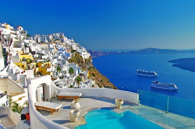 Santorini è considerata una delle isole più belle del mondo per le sue spiagge, i tramonti e le caratteristiche case bianche con le porte e le finestre blu