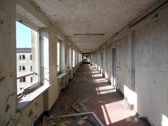 La struttura l'aveva fatta costruire Hitler tre anni prima che la Germania invadesse la Polonia, nel 1939. E doveva diventare il più grande resort turistico al mondo, la destinazione forzata delle vacanze di migliaia di lavoratori tedeschi