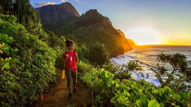 """L'isola hawaiiana è caratterizzata da una folta vegetazione, canyon, zone boschive, parchi naturali e spiagge incantevoli. Una curiosità: qui il regista Steven Spielberg ha girato """"I predatori dell'arca perduta"""" e """"Jurassic Park"""""""