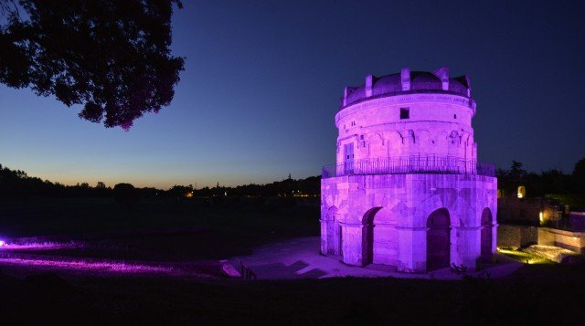 Il Mausoleo di Teodorico illuminato di rosa, il colore simbolo della manifestazione.