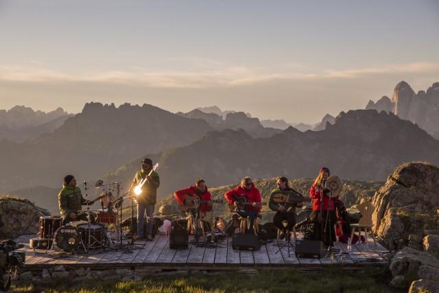Il suggestivo concerto dell'Orchestra di Piazza Vittorio del 15 luglio a Col Margherita, in Val di Fassa, è programmato all'alba, alle 6. Da non perdere.