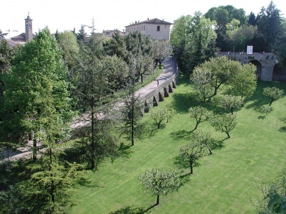 Sono quattro le porte di accesso a Bergamo Alta: Sant'Agostino, San Giacomo, Sant'Alessandro e San Lorenzo. Il percorso lungo le mura è diventata una delle passeggiate preferite dei visitatori che possono scoprire la città alta e nel frattempo ammirare anche il paesaggio circostante