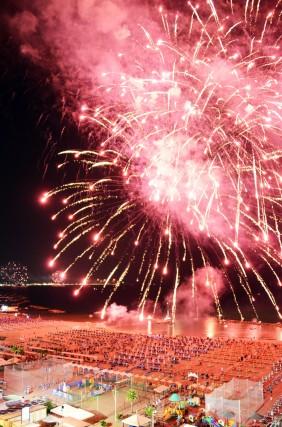 I fuochi d'artificio illuminano la Riviera e concludono in grande stile la Notte Rosa.