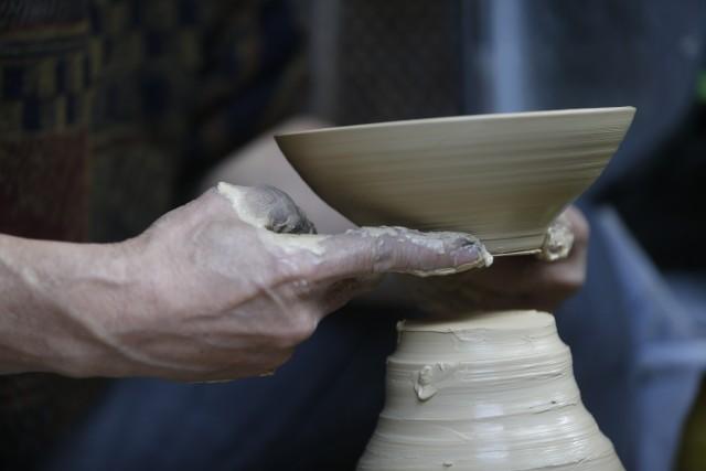 Tradizione anche la lavorazione della ceramica. La produzione più importante si trova nella città di Nomi.