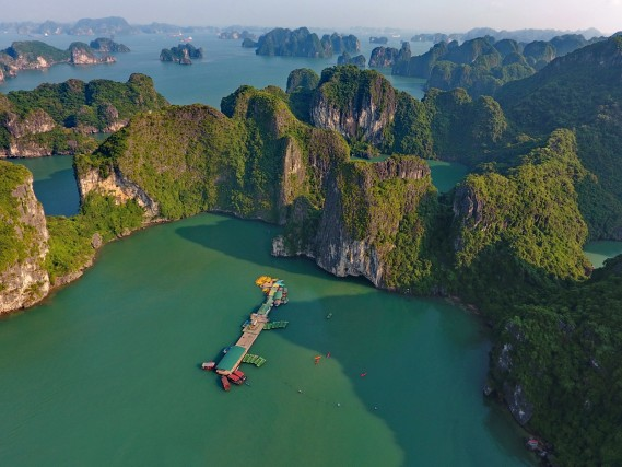La baia di Ha Long è costituita da circa duemila isole calcaree ed è Patrimonio dell'Umanità dal 1994.
