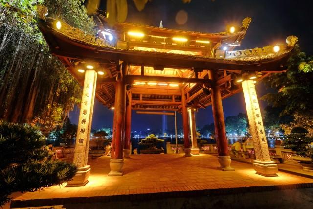 Pagoda sul lago Hoan Kiem, un'oasi di tranquillità nel cuore di Ha Noi.