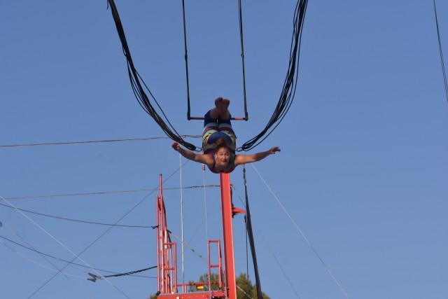 Dal trapezio volante al bungee, adulti e bambini possono cimentarsi in tante attività, per diventare acrobati in pochi giorni
