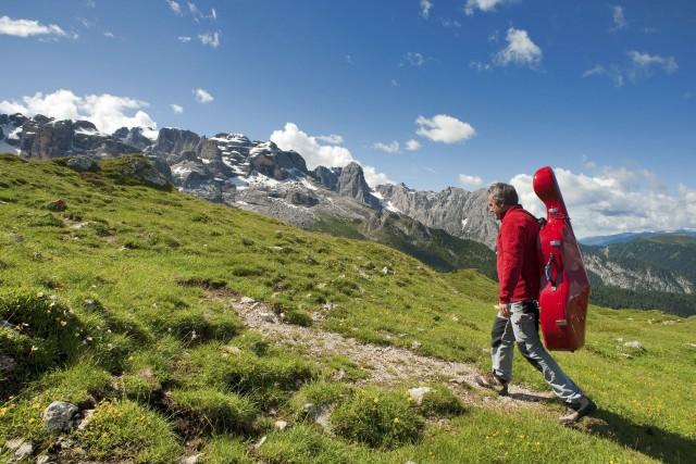 """Tra le iniziative di quest'anno, il trekkingcon due violoncellisti """"cantanti"""". Mario Brunello ePeteris Sokolovksis affrontano con i partecipantile vette del Brenta."""